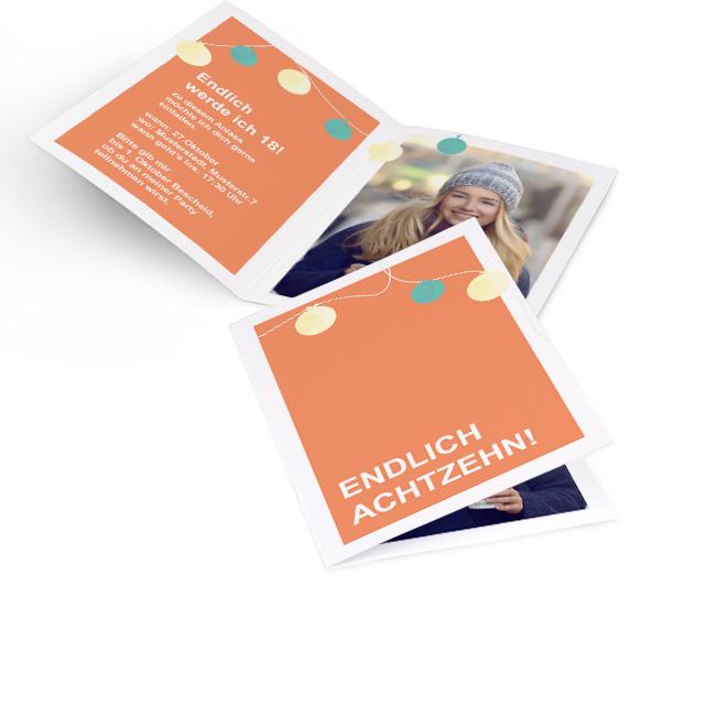 Abbildung von orangenen Einladungskarten Geburtstag 18. im Hochformat, mit Lampions und Schriftzug. Innenseite bietet Platz fuer einen Text links und ein Foto rechts.