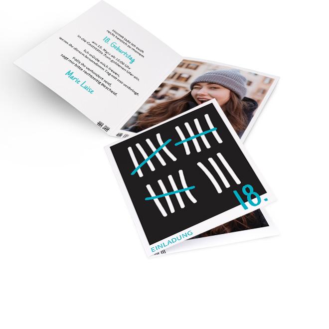 Abbildung von hochformatigen Einladungskarten zum 18. Geburtstag mit Zählstrichen und Akzenten in Tuerkis. Innenseite mit Platz fuer einen Text links und ein Foto rechts.