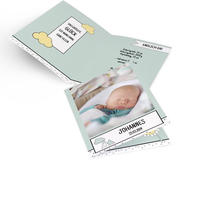 Abbildung hellgruener Geburtskarten Junge im Hochformat, mit Name, Foto, kleinem Berg und Wölkchen. Innenseite links mit Spruch und rechts ist Platz fuer Text.