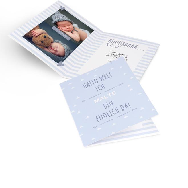 Abbildung hellblauer Geburtskarten Junge im Hochformat, mit Schriftzug und Platz fuer Name. Gestreifte Innenseiten mit Platz fuer zwei Fotos links und Text rechts.