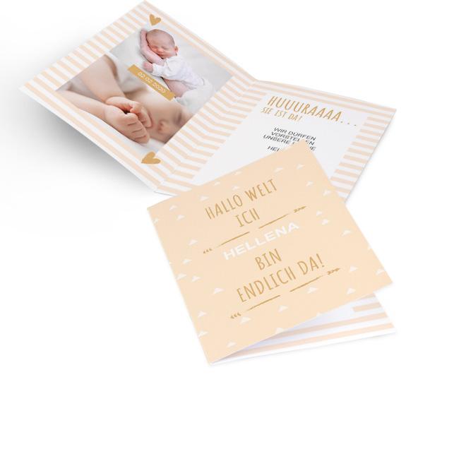 Abbildung apricotfarbene Geburt Maedchen Karte im Hochformat, mit Schriftzug und Platz fuer Name. Gestreifte Innenseiten mit Platz fuer zwei Fotos links und Text rechts.