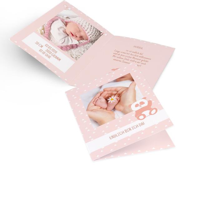 Abbildung rosaner Geburt Maedchen Karte im Hochformat, mit grossem Foto, Schriftzug und rosa Pandamotiv. Die Innenseiten mit Platz fuer ein Fotos links und Text rechts.