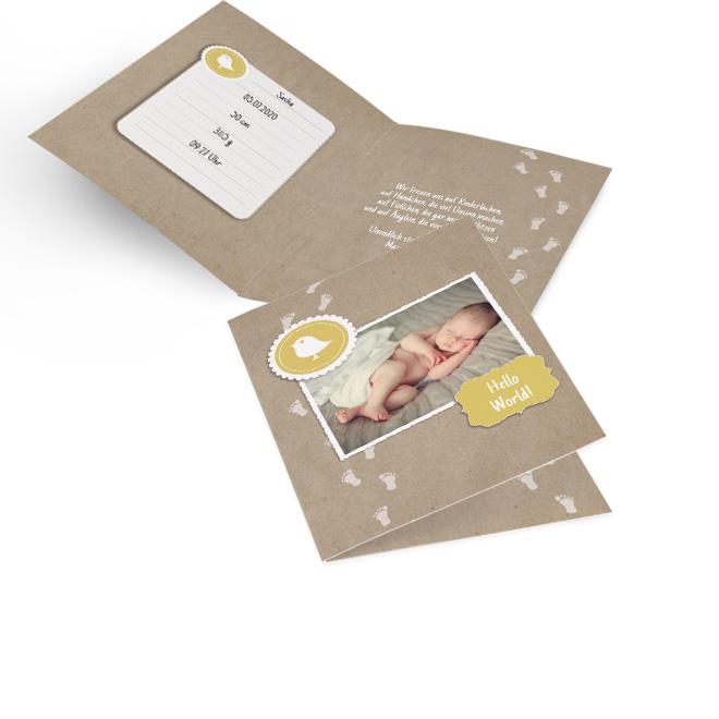 Abbildung von Geburt Maedchen Karte im Hochformat, mit gelbem Schriftzug, Vogel und Foto auf braunem Grund. Die Innenseiten bieten Platz fuer Text links und rechts.