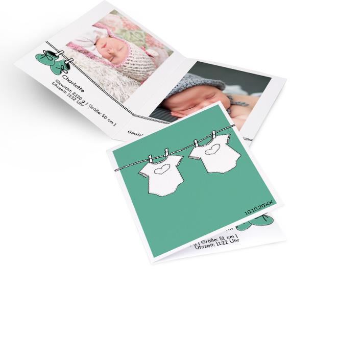 Abbildung von gruenen Geburtskarten Zwillinge im Hochformat, mit Waescheleine und zwei Babybodies. Die Innenseiten bieten Platz fuer 2 Fotos und Text darunter.