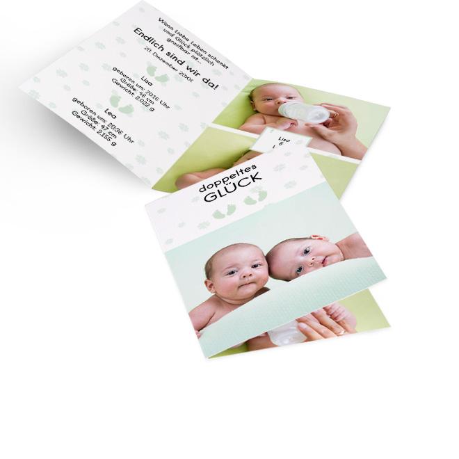 Abbildung von weissen Geburtskarten Zwillinge in Hoch, mit Foto, Klee und Fussabdruecken. Die Innenseiten bieten Platz fuer Text links und 2 Fotos mit Namen rechts.