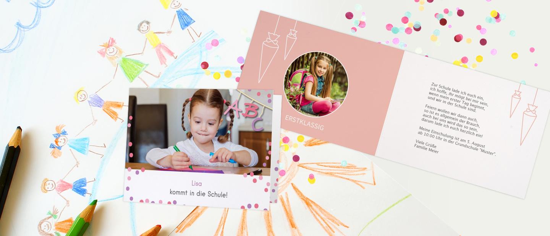 Abbildung einer Einschulungskarte mit grossem Foto und Schriftzug: Lisa kommt in die Schule. Im Hintergrund ist ein selbstgemaltes Bild, Stifte und Konfetti.