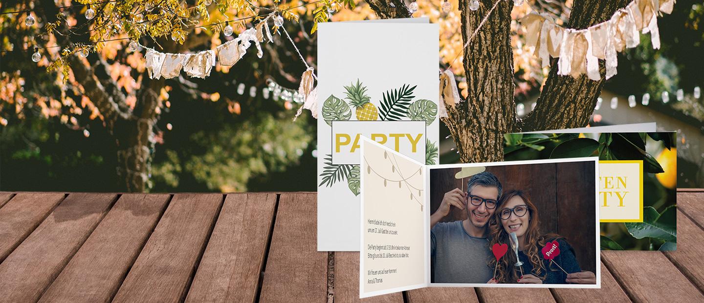 Abbildung von Partyeinladungen, verziert mit Pflanzen und Girlanden. Die Innenseiten sind mit Text und Foto gestaltet. Im Hintergrund sind Baeume und Girlanden abgebildet.