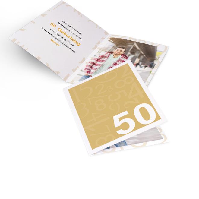 Abbildung von Einladungskarten Geburtstag im Hochformat, mit Zahlen auf gelbem Grund. Innenseiten bieten Platz fuer Text links und ein grosses Foto rechts.