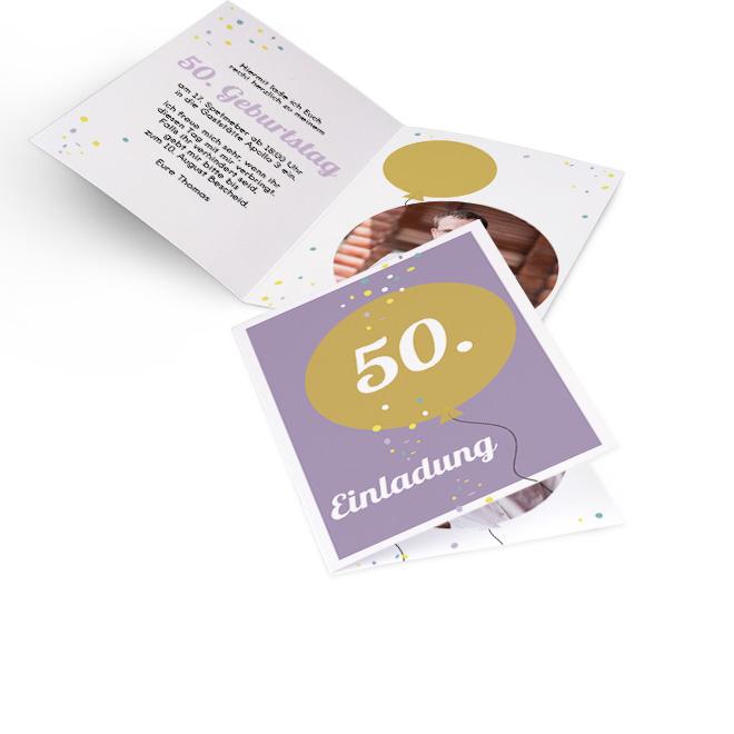 Abbildung von Einladungskarten Geburtstag im Hochformat, lila Hintergrund mit goldenem Ballon mit Alterszahl. Innenseiten bieten Platz fuer Text links und ein Foto rechts.