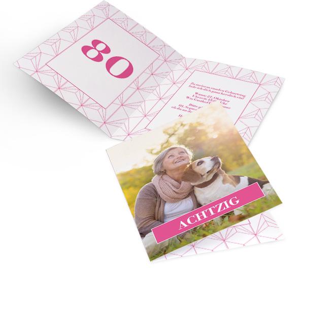 Abbildung von Einladungskarten zum Geburtstag im Hochformat. Ein rosa Balken mit weisser Schrift liegt ueber formatfuellendem Foto. Innenseite links mit Zahl, rechts Text.