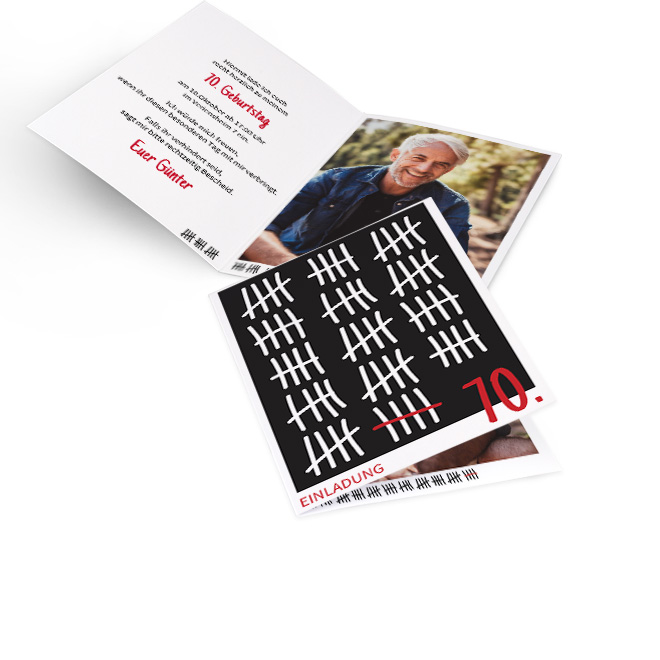 Abbildung von Einladungskarten runder Geburtstag, hoch, weisse Striche in 5er Gruppen auf schwarzem Grund, rote 70. Innenseiten gestaltbar, links Text, rechts Foto