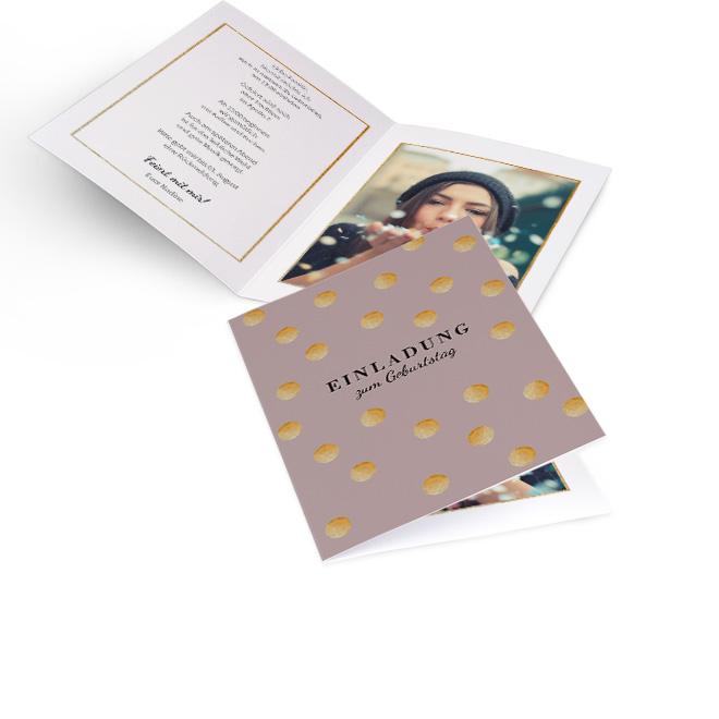Abbildung von Einladungskarten Geburtstag in Taupe mit Glitzerkonfetti im Hochformat. Innenseiten bieten Platz fuer Text links und ein grosses Foto rechts.