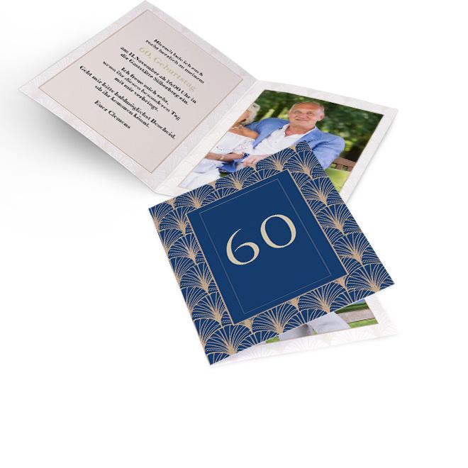 Abbildung von blauen Einladungskarten zum Geburtstag, Hochformat, mit Jugendstilelementen und anpassbarer Zahl. Innenseiten bieten Platz fuer Text links und Foto rechts.