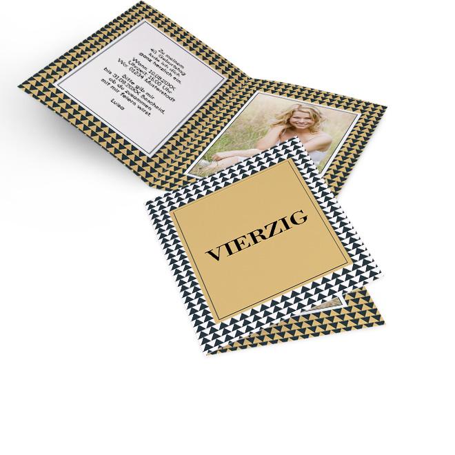 Abbildung von goldgelben Einladungskarten Geburtstag im Hochformat, skandinavisches Design. Alter in Grossbuchstaben. Innenseiten bieten Platz fuer Text und Foto.