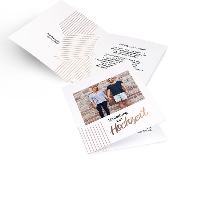 Weisse Hochzeitseinladungen selbst gestalten in Hoch mit metallischem Design, Foto und Schriftzug Einladung zur Hochzeit. Innenseiten individuell gestaltbar mit Text.
