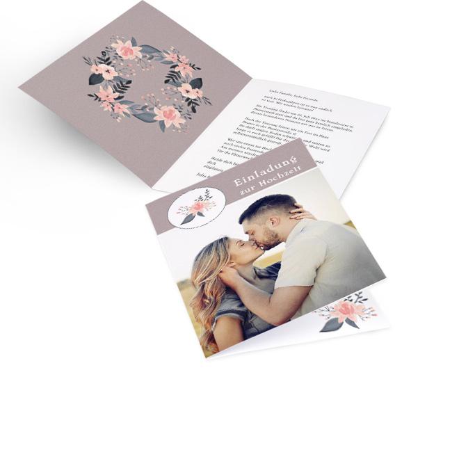Altrosane Hochzeitseinladungen selbst gestalten in Hoch mit floralem Muster oben links und Foto. Die linke Innenseite zeigt einen Blumenkranz, rechts ist Platz fuer Text.