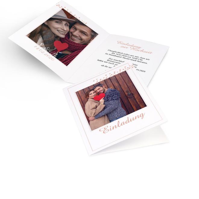 Weisse schlichte Hochzeitseinladungen selbst gestalten in Hoch mit rotgoldenen Puenktchen oben rechts. Die Innenseiten bieten Platz fuer ein Foto links und Text rechts.