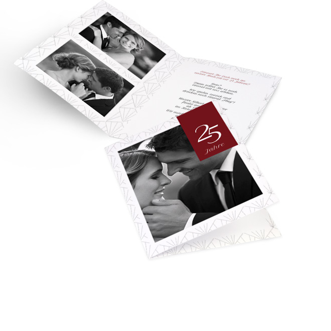 Abbildung weisser Einladungskarten silberne Hochzeit in Hoch mit Foto, Kristallmuster und rotem Label 25 Jahre. Innenseiten mit Platz fuer 2 Fotos links und Text rechts.
