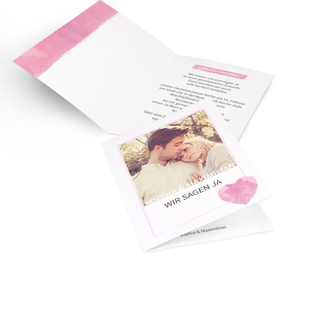 Weisse Hochzeitskarten gestalten in Hoch mit einem Foto, rosa Aquarellherz und Schriftzug Wir sagen ja. Die Innenseiten bieten Platz fuer freie Gestaltung.