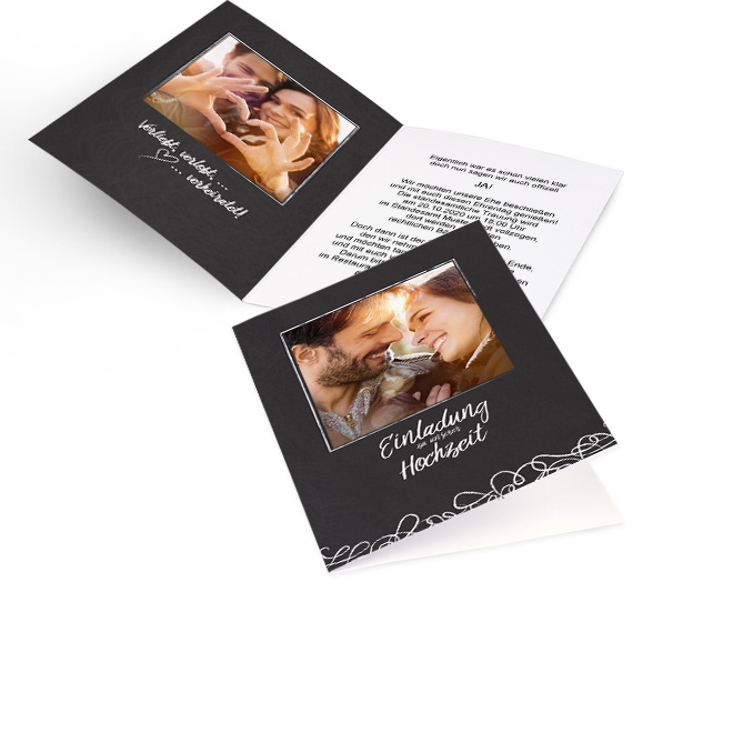 Stilvoll schwarze Schieferoptik-Hochzeitseinladungen selbst gestalten in Hoch mit Foto und Schriftzug. Die Innenseiten bieten Platz fuer ein Foto links und Text rechts.