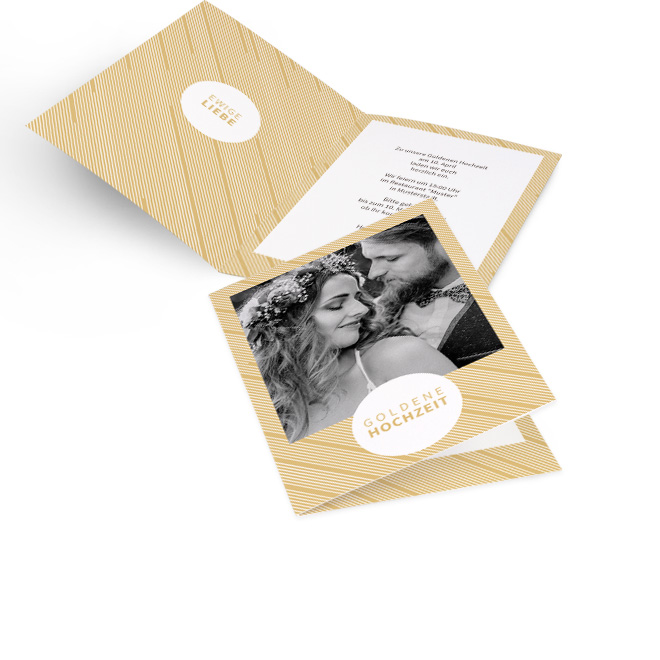 Abbildung dunkel-hellbeiger gestreifter Einladungskarten goldene Hochzeit in Hoch mit grossem Foto. Innen links steht Ewige Liebe, rechts ist Platz fuer Ihre Worte.