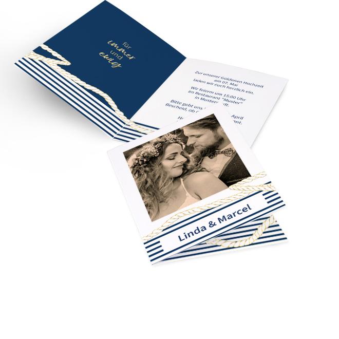Abbildung weisser Einladungskarten goldene Hochzeit in Hoch mit maritimen Design in Blau und Gold inklusive Foto und Namen darunter. Innenseiten bieten Platz fuer Text.