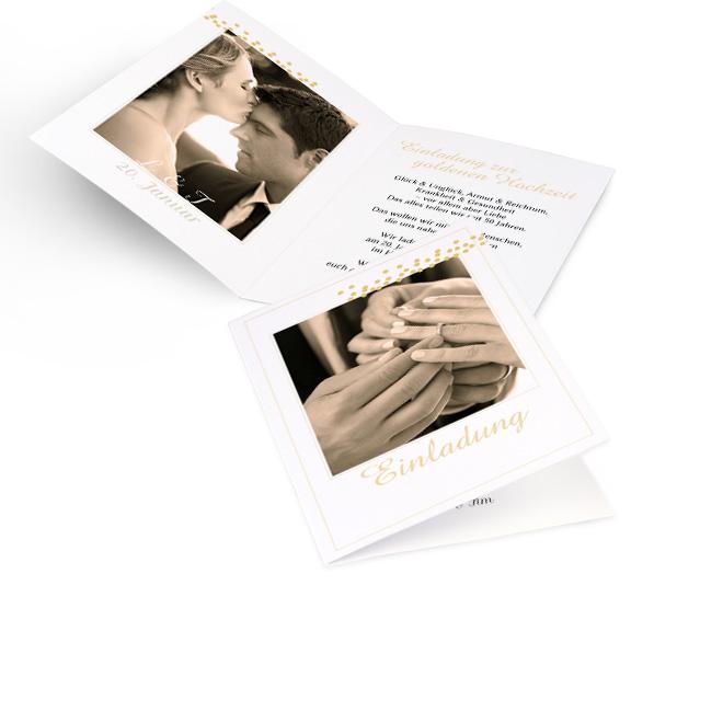 Abbildung weisser Einladungskarten goldene Hochzeit in Hoch mit grossem Foto und goldenen Punkten oben rechts. Innenseiten mit Platz fuer ein Foto links und Text rechts.