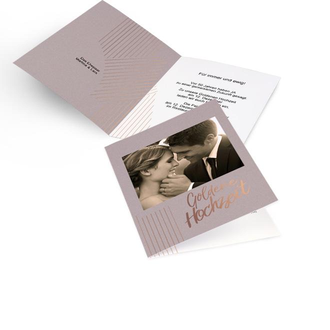 Taupefarbene Einladungskarten goldene Hochzeit in Hoch mit Foto, Linien und Schriftzug goldene Hochzeit. Innenseiten mit Platz fuer ein Foto links und Text rechts.
