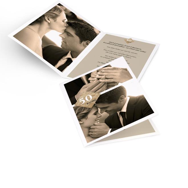 Weisse Einladungskarten goldene Hochzeit in Hoch mit 2 Fotos und Ziffer 50 Jahre. Die Innenseiten bieten Platz fuer ein Foto links und Text auf beigem Grund rechts.