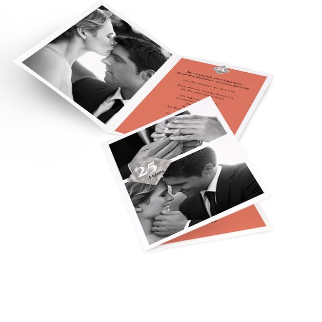 Weisse Einladungskarten silberne Hochzeit in Hoch mit 2 Fotos und Ziffer 25 Jahre. Innenseiten mit Platz fuer ein Foto links und Text auf orangenem Grund rechts.