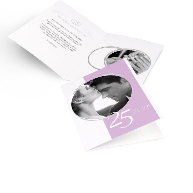 Abbildung weiss-rosane Einladungskarten silberne Hochzeit in Hoch mit rundem Foto und Ziffer 25 Jahre. Die Innenseiten bieten Platz fuer Text links und ein Foto rechts.