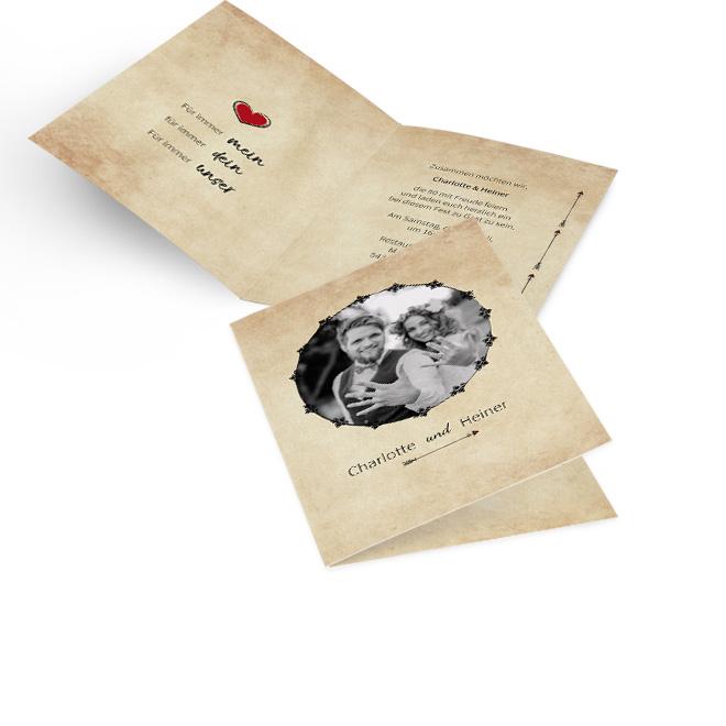 Beige Einladungskarten goldene Hochzeit in Hoch mit rundem Foto, Namen und Pfeil. Innen links ist ein Schriftzug und rechts ist Platz fuer persoenliche Worte.
