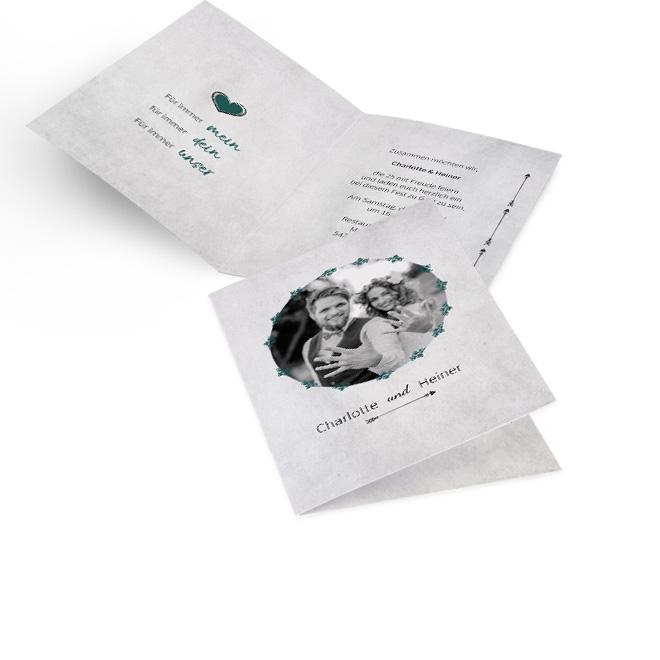 Graue Einladungskarten silberne Hochzeit in Hoch mit rundem Foto, Namen und Pfeil. Innen links ist ein Schriftzug und rechts ist Platz fuer persoenliche Worte.