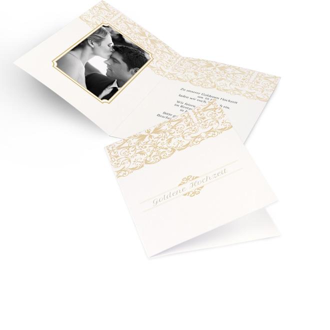 Abbildung weisser Einladungskarten goldene Hochzeit in Hoch mit goldenem Borduerenmuster oben. Die Innenseiten bieten Platz fuer ein Foto links und Text rechts.