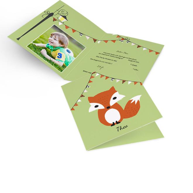Abbildung einer gruenen Einladung zum Kindergeburtstag im Hochformat, mit einem Fuchs und einer Girlande. Innenseiten mit Platz fuer ein Foto links und Text rechts.