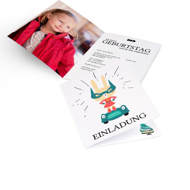 Abbildung einer Einladung Kindergeburtstag fuer Maedchen im Hochformat, mit einem Hasen als Superheld in Tuerkis. Innenseite mit Platz fuer Foto links und Text rechts.