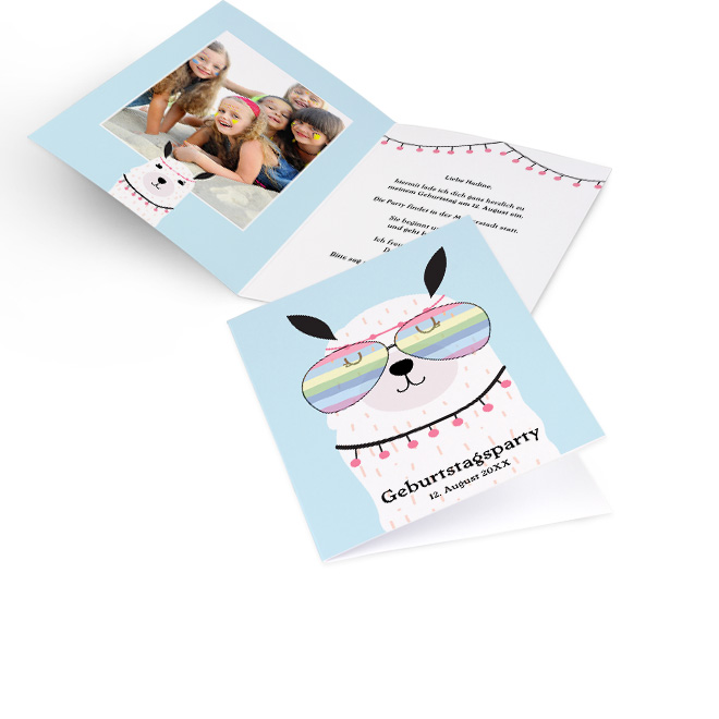 Abbildung einer hellblauen Vorlage Einladung Kindergeburtstag in Hoch, mit Flower Power Lama aussen. Innenseite mit Platz fuer ein Foto links und Einladungstext rechts.