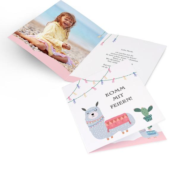 Abbildung einer Einladung Kindergeburtstag im Hochformat, mit Lama, Girlande und Kaktus, rosa. Innenseite mit Platz fuer ein Foto links und Einladungstext rechts.