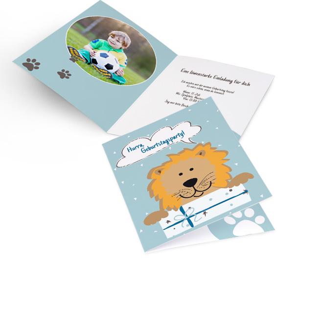 Abbildung einer blauen Einladung zum Kindergeburtstag im Hochformat, mit Loewe, Wolke und Geschenk. Innenseiten mit Platz fuer ein rundes Foto links und Text rechts.