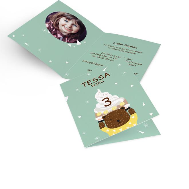 Abbildung einer mintgruenen Einladung Kindergeburtstag im Hochformat, mit Torte und Baer. Innenseite mit Platz fuer ein rundes Foto links und Einladungstext rechts.