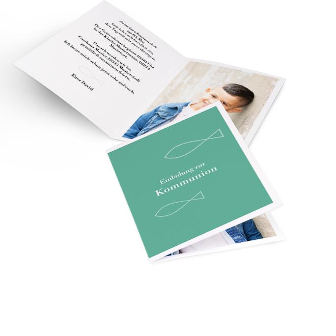 Hochwertige Einladungskarten Kommunion in gruen mit weißen Fischen und Schrift vorn. Innen koennen Sie Ihr Foto im Vollformat und Ihren Einladungstext einfuegen.