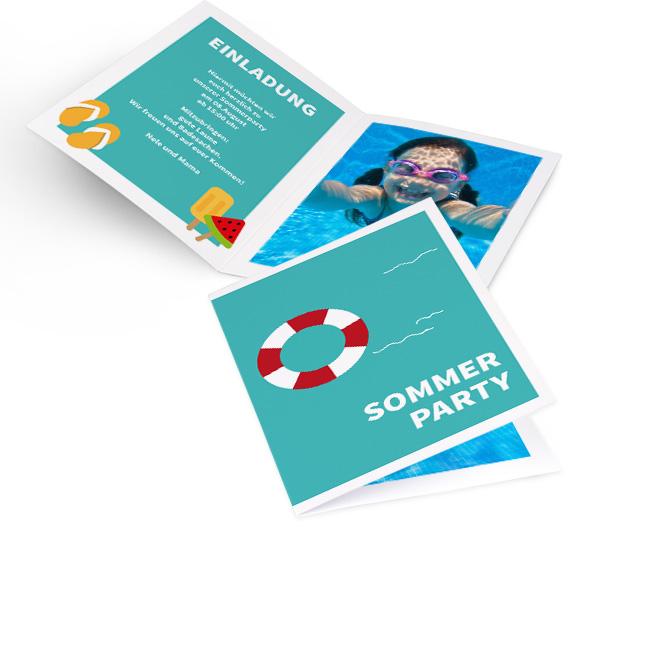 Abbildung einer Einladung Party im gern gesehenen Hochformat. Die blaue Karte mit Sommermotiven, bietet in der Innenseite links Platz fuer Text und rechts fuer ein Foto.