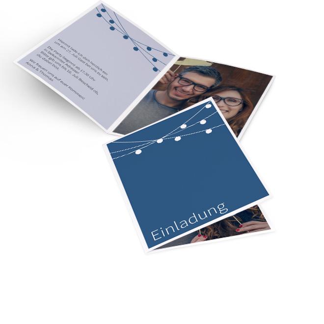 Abbildung einer dunkelblauen Einladung Party, mit Lichterkette und dem Wort Einladung links unten. Platz fuer Text in der linken und ein Bild in der rechten Innenseite.