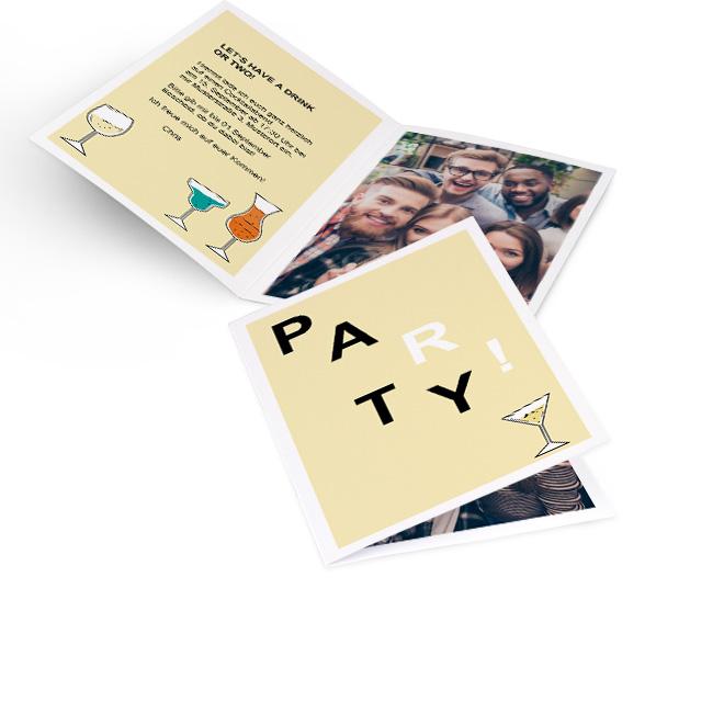 Abbildung von gelben Einladungskarten Party im Hochformat, mit Rand und Schriftzug Party. Glaeser und Platz fuer Text auf linker Innenseite und Platz fuer Foto rechts.