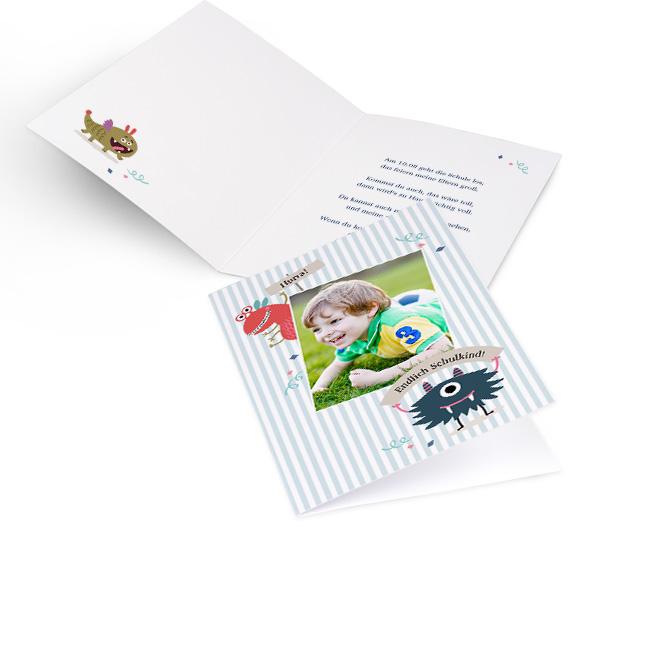 Abbildung von blaugestreiften Einschulungskarten im Hochformat, mit Foto, niedlichen Monstern und Schriftzug. Innenseiten bieten Platz fuer Text links und rechts.