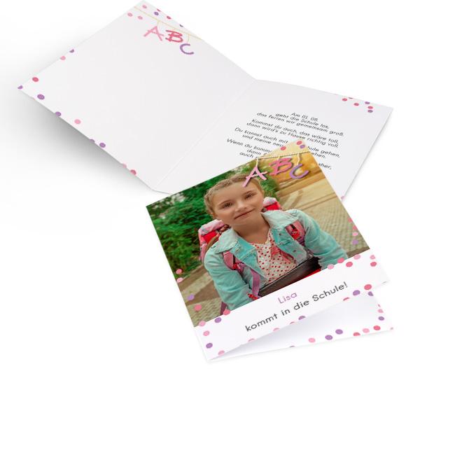 Abbildung von Einschulungskarten im Hochformat, mit grossem Foto, rosa Konfetti und Schriftzug ABC. Die Innenseiten bieten Platz fuer Text links und rechts.