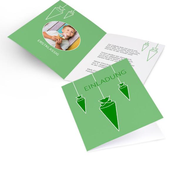 Abbildung gruener Einschulungskarten im Hochformat, mit gruenen Schultueten und Schriftzug Einladung. Innenseiten bieten Platz fuer rundes Foto links und Text rechts.