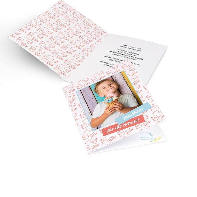 Abbildung von Einschulungskarten im Hochformat, mit Foto und orangenem Rapport aus Stift, Tasche und Heft. Innenseiten bieten Platz fuer Text rechts und links Rapport.