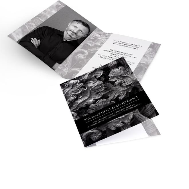 Abbildung grauer Einladung zur Beerdigung im Hochformat, mit Eichenlaub und weissem Spruch. Die Innenseiten bieten Platz fuer grosses Foto links und Text rechts.