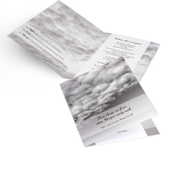Abbildung einer Einladung zur Beerdigung in Hoch, mit blauem Himmel, Wolken und Schriftzug. Schwarz-weisse Innenseiten mit Wolken und Platz fuer Text links und rechts.